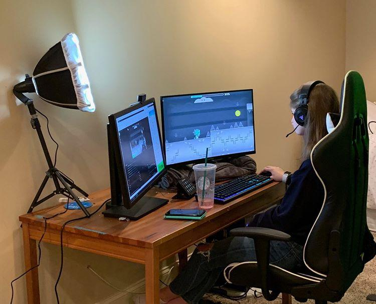 Bowman+streaming+Geometry+Dash+to+her+viewers+on+YouTube%2C+using+a+specialized+lighting+and+screen+setup.%0A